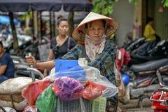 Donna vietnamita di vendite a Hanoi Fotografie Stock