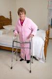 Donna vivente assistita degli anziani della casa di cura Fotografie Stock Libere da Diritti
