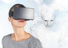 Donna in VR contro il codice binario a forma di maschio 3D contro il cielo e le nuvole Immagine Stock