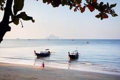 Donna walkin alla spiaggia tropicale in Tailandia immagini stock