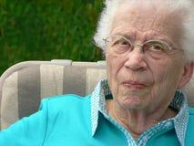 Donna White-haired nella presidenza di prato inglese Immagini Stock Libere da Diritti