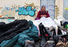 Donna zingaresca che vende i vestiti Immagine Stock