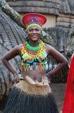 Donna zulù che indossa abbigliamento fatto a mano al villaggio culturale di Lesedi Immagine Stock Libera da Diritti