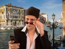 Donnaiolo sorpreso con un messaggio Fotografia Stock
