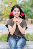 Donnant l'amour dans le jour du ` s de valentine, la prise asiatique de main de femme donnent bel aimer rouge de bonbon à coeur Images libres de droits