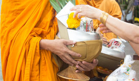 donnant l'aumône aux moines reçoit l'aumône images libres de droits
