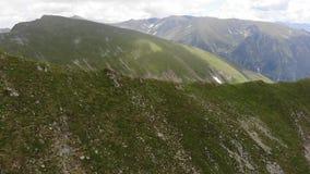 Donnant sur la montagne dans les montagnes de Fagaras - Roumanie banque de vidéos