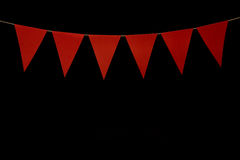 Donnant un petit coup, six triangles rouges sur la ficelle pour le message de bannière Image libre de droits