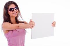 Donne abbastanza giovani che mostrano a scheda in bianco vista laterale Immagini Stock Libere da Diritti