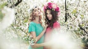 Donne adorabili nel giardino fragrante Fotografie Stock Libere da Diritti