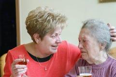 Donne adulte che abbracciano sua madre senior Immagine Stock
