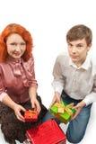 Donne adulte e ragazzo teenager che danno i regali Immagine Stock Libera da Diritti