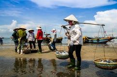 Donne al mercato ittico lungo di Hai, provincia di Ria Vung Tau di sedere, Vietnam Immagine Stock