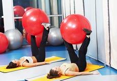 Donne all'esercitazione con la sfera di forma fisica Fotografia Stock Libera da Diritti