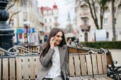 Donne alla moda di affari con il telefono Immagini Stock Libere da Diritti