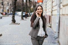 Donne alla moda di affari con il telefono Fotografie Stock Libere da Diritti