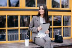 Donne alla moda di affari con la compressa Immagine Stock