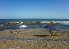 Donne alla spiaggia Immagine Stock