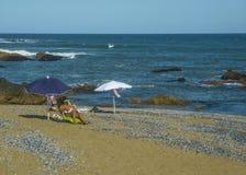 Donne alla spiaggia Immagini Stock
