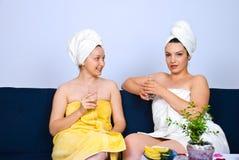 Donne alla stazione termale che ha conversazione Fotografie Stock