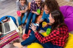 Donne allegre che guardano al cellulare Fotografia Stock