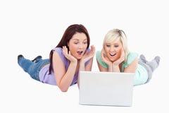 Donne allegre con un computer portatile Immagine Stock Libera da Diritti