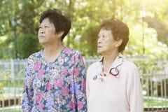 Donne anziane asiatiche che camminano ad all'aperto fotografie stock libere da diritti