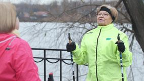 Donne anziane che fanno gli esercizi per il collo all'aperto video d archivio