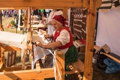 Donne anziane che fanno il tappeto annodato fatto a mano tradizionale del corridore sul telaio di legno fotografia stock
