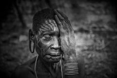 Donne anziane dalla tribù africana Mursi, Etiopia fotografie stock