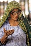 Donne anziane, mendicante alla stazione ferroviaria a Hayderabad Fotografia Stock Libera da Diritti