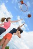 Donne ascendenti di vista due che giocano pallacanestro Fotografie Stock Libere da Diritti