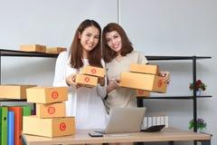 Donne asiatiche allegre del proprietario dell'imprenditore che sembrano a casa ufficio sicuro Online inizi sull'attività fotografia stock