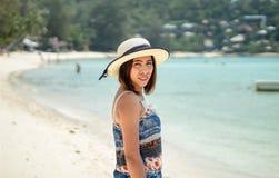 Donne asiatiche che stanno su una spiaggia con il sole fotografia stock