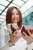 Donne asiatiche che tengono con il contenitore di regalo immagini stock libere da diritti