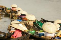 Donne asiatiche che vendono i prodotti in loro piccole barche ad un mercato di galleggiamento sul fiume nel pomeriggio Fotografia Stock
