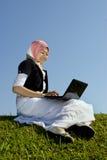 Donne asiatiche con il computer portatile esterno Fotografia Stock Libera da Diritti