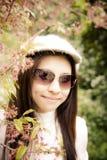 Donne asiatiche con il fiore rosa della ciliegia Fotografia Stock