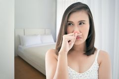 Donne asiatiche nella sensibilità bianca del vestito indisposta e nello starnuto alla camera da letto Fotografie Stock