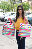 Donne asiatiche sulla tenuta del molto sacchetto della spesa nel supermercato immagine stock libera da diritti