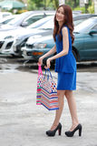 Donne asiatiche sulla tenuta del molto sacchetto della spesa nel supermercato fotografie stock libere da diritti