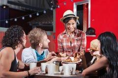 Signora Serving Pizza Outdoors Immagini Stock