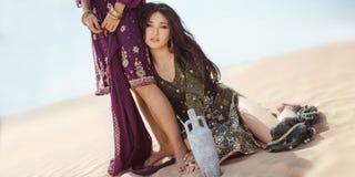 Donne assetate che viaggiano nel deserto Perso nel sandshtorm del durind del deserto Fotografia Stock