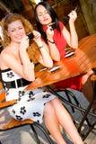 donne attraenti della via due del caffè Fotografia Stock Libera da Diritti