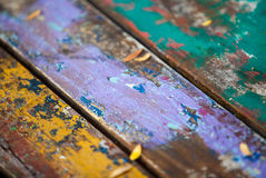 Donne au fond une consistance rugueuse des groupes brillamment colorés de conseils en bois Images libres de droits