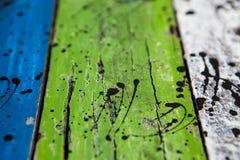 Donne au fond une consistance rugueuse des groupes brillamment colorés de conseils en bois Photo stock