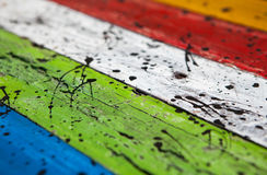 Donne au fond une consistance rugueuse des groupes brillamment colorés de conseils en bois Image libre de droits