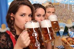 Donne bavaresi con birra Immagini Stock