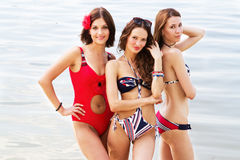 Donne belle che hanno un resto sulla spiaggia Fotografia Stock