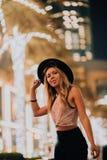 Donne belle in vestiti alla moda del cappello, uomo brutale, attrezzatura alla moda, passeggiata giù la via luce e palme fresche  immagini stock libere da diritti